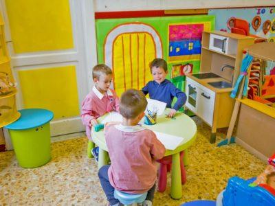 Scuola dell'infanzia momento di gioco nell'angolo casetta